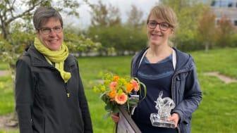 Lena Tranvik, chef för SLU Artdatabanken och Helena Allard, hållbarhetschef för Svenskt Sigill vid utdelningen av naturvårdspriset.