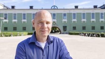 Göran Nygren, forskare i etnologi vid Uppsala universitet, framför Vaksalaskolan i Uppsala. Foto: Mikael Wallerstedt.