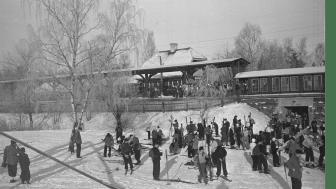 Skidåkare som rest med tåget till Tullinge, 1938.