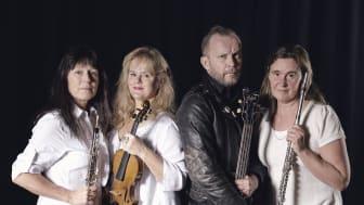 Sator Trio (representerad av Heikki Kiviaho tvåa från höger), tillsammans med Scenkonst Sörmlands musiker. Foto Micke Sandström.