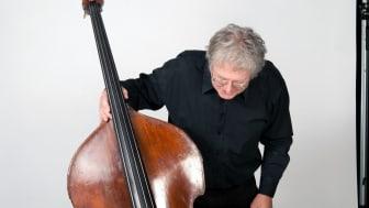 Arild Andersen hentar fram musikk frå 30 år tilbake.