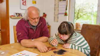 Johanna Dombrowski und ihr Vater Reinhard Krech-Dombrowski arbeiten zusammen an einem der Materialpakete aus der WfbM.