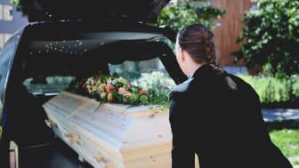 Begravningsbyråerna blir en viktig samhällsresurs när dödstalen är höga.