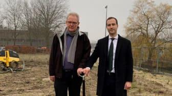 Første spadestik blev taget af borgmester Steen Christiansen og Daniel Hedemann Nielsen, ejendomsdirektør i Pædagogernes Pension.