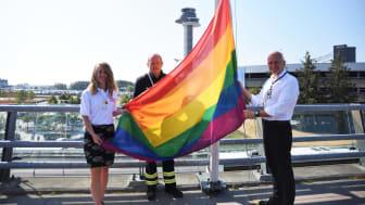 Prideflaggan hissades idag på Stockholm Arlanda Airport av Britta Davidsohn, Ordförande Stockholm Pride, Jörgen Jernström, Insatsledare Stockholm Arlanda Airport och Peder Grunditz, Flygplatsdirektör Stockholm Arlanda Airport. Foto Alexandra Maritz.