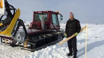 Thomas Wassberg, just i färd med att schakta om snön och staka ut bansträckningen ner mot målområdet.