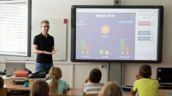 Lehrer vor einer Klasse mit Smart-Screen