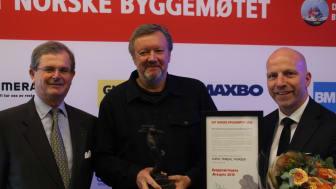 Kjetil Thorsen (i midten) vinner Byggenæringens ærespis. Her sammen med styreleder i Bygg Reis Deg, Carl Otto Løvenskiold (t.v), og administrerende direktør i Bygg Reis Deg, Gunnar Glavin Nybø.