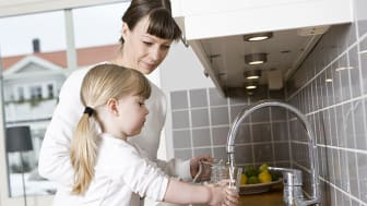 Radon i vatten avgår lätt till luften. Det kan i sin tur bidra till att radonhalten i inomhusluften höjs och ger en ökad risk för lungcancer.