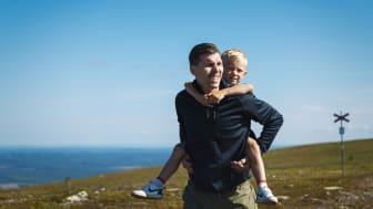 Sommar vandring pappa son
