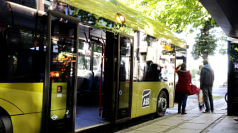 Buss ved holdeplass i Trondheim (Foto: AtB)