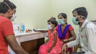 En sexårig patient med läkemedelsresistent tuberkulos får rådgivning vid Läkare Utan Gränsers klinik i Mumbai. Foto: Atul Loke