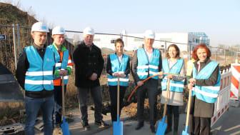 Bürgermeisterin Monika Böttcher (2. v.r). erhält tatkräftige Unterstützung beim Spatenstich von Vertretern der Stadt Maintal und Deutsche Glasfaser.  (Bildnachweis: Maintal Tagesanzeiger)