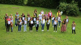 21 der 23 Absolvent*innen nahmen an der Abschlussfeier teil und freuten sich über ihre Zeugnisse.