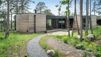 Der besondere Clou des Entwurfs: Es gibt viel natürliches Tageslicht im ganzen Haus, um den Kontrast zwischen außen und innen zu minimieren.
