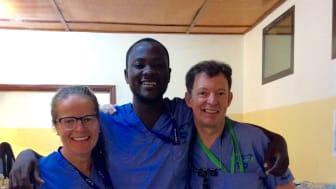 Elisabeth Levin tillsammans med tolken Elise och tandläkaren Nick.