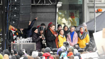 Skolstrejk för klimatet med Greta Thunberg (i mitten) på Mynttorget i Stockholm. Foto: Most Photos/Lennberg 22