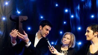 Designern Rodrigo Garcia Gonzales, då student på designhögskolan i Umeå, visar upp prototypen till Utstickarprisets första pokal 2012. I mitten Polarbröds koncern-vd Karin Bodin och till höger moderator Nadia Jebril.