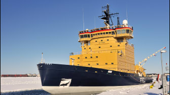Isbrytaren Frej bröt under fredagen den 20 april upp isen i den västra delen av norra Kvarken, vilket innbar att färjetrafiken mellan fastlandet och Holmöarna kan återupptas. Foto: Sjöfartsverket