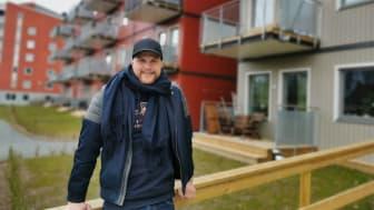 Johan Stenis framför sitt nya kloka boende i BoKlok Arboristen på Britsarvet, Falun.