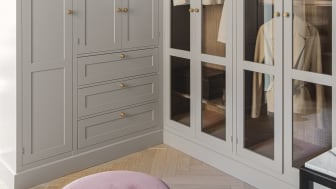 Walkin-closet med Dalby låger i farven Klippe og glaslåger