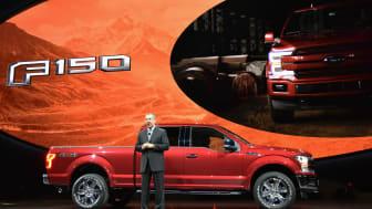 USA's MEST SOLGTE BIL BLIR NY: Her introduserer Fords toppsjef på det amerikanske markedet, Joe Hinrichs, nye Ford F-150 på NAIAS.