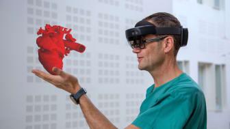 Lege holder hologram av et hjerte i hånden Foto Stein Olav Pettersen