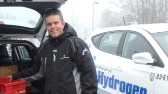 Tobias Eriksson fra Bærum kommune viser frem de nye hydrogenelektriske internpostbilene