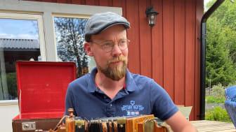 Skidsporten i Sverige har historiskt förknippats med nationell identitet, manliga hjälteideal och kroppsarbete i skogen. Isak Lidström har följt de samiska spår som förbisetts i skidsportens kulturhistoria.