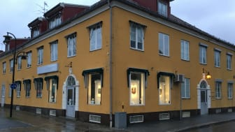 Lindesbergs Konstförening lyser upp tomma skyltfönster i Lindesberg med konst.