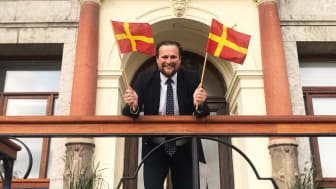 Carl Johan Sonesson (M) flaggar stolt.