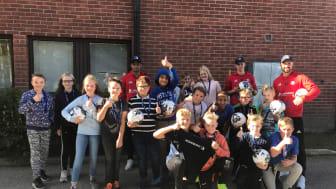 Några barn från klass 5 på Björkberg som tog emot bollar från HuFF-spelarna Patrik, Kion och Pelle