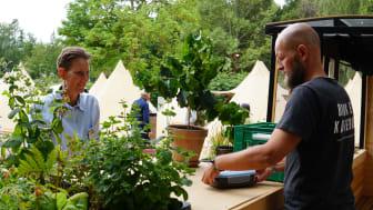 Kommunikations- og udviklingschef hos Peter Larsen Kaffe, Lars Aaen Thøgersen (th), er i gang med at etablere Nordeuropas første kaffefarm i Skanderborg