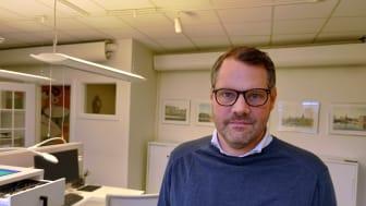 Alkoholgranskningsmannen Mattias Grundström anser att alkoholbranschen sköter sin reklam på ett ansvarsfullt sätt. Foto: Ronny Karlsson