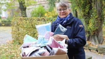 Freude über die großzügige Spende des Zonta Clubs aus Hanau: Christel Diebel hat das Paket mit 700 Alltagsmasken in Empfang genommen.