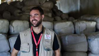 Årets alumn Jamie LeSueur, 33, är en av tre globala chefer för katastrofinsatser vid Internationella rödakors- och rödahalvmånefederationen. Han kommer ursprungligen från Kanada men har just nu sin bas i Turkiet. Foto: Corrie Butler/IFRC
