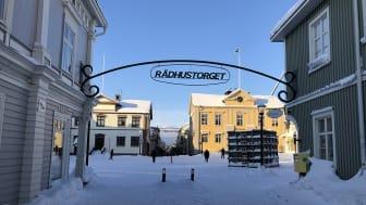 Gående och torgets innehåll har företräde på Rådhustorget som öppnat för gåfart. Foto: Ann-Sofie Boman