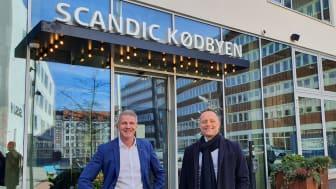 Jørgen Frederiksen (tv.), hoteldirektør for Scandic Kødbyen der genåbner 15 marts og Søren Faerber, administrerende direktør Scandic Hotels Danmark (th.)