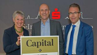 Stefan Hattenkofer (Mitte), Vorstandsmitglied der Stadtsparkasse München, freut sich zusammen mit den stv. Geschäftsführern des SIS, Dr. Gabriele Scheberan-Klinger (li.) und Marcus Widrich über die Auszeichnung als einer der besten Makler Münchens.