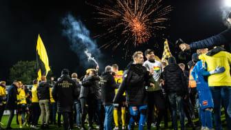 Firandet på Strandvallen 28 oktober när MAIF tog sig upp i Allsvenskan. foto: André Julinder