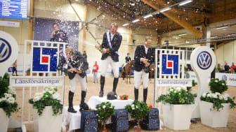Vinnaren Peder Fredricson bjuder sina motståndare på en champagnedusch. Foto: Haide Westring