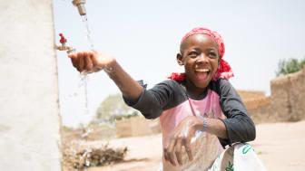 Genom att stötta WaterAid ser vi till att fler flickor som Mariama kan få rent vatten. Foto: WaterAid / Basile Ouedraogo
