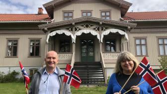 - Del dine 17. mai-minner med museet, oppfordrer Sven Inge Sunde og Mona Pedersen i Anno - Museene i Hedmark, her utenfor Kvinnemuseet i Kongsvinger. (Foto: Mona Holm/Anno)