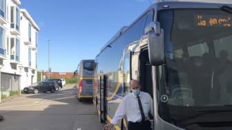 En af busserne, der kom og hentede beboerne