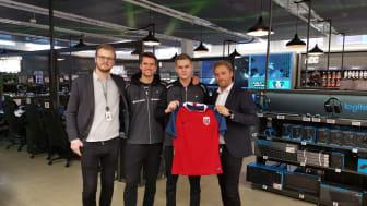 fra venstre:  Nils Martin Øyo, Elkjøp;  Mats Theie Bretvik,  Norges Fotballforbund; Anders Rasmussen, landslagspiller; Torkil Sagafos, Elkjøp