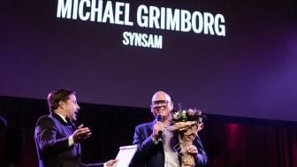 Michael Grimborg tar emot priset som Sveriges Bästa Marknadschef, kategori Optiker. Foto: Pax Engström