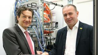 Frank Geltinger von Deutsche Glasfaser reicht Thomas Arnold vom Umzugslogistiker Arnold & Hanl die Hand - gemeinsam geht es Richtung Zukunft mit dem einzig echten Glasfasernetz