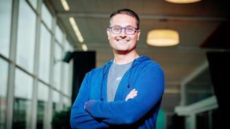 """""""Det är kul att just jag får bli hedersalumn vid Högskolan Kristianstad. Jag har nog ofta betraktats som en idiot som inte fattar han ska lägga sig ner när han misslyckas"""", säger Amer Mohammed, nyutnämnd chef på Coops enhet Digital."""