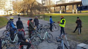 Svenska Cykelstäder leder cykeltur i Stockholm på Crescents nya smarta elcyklar. Modellen Ellie i mitten.
