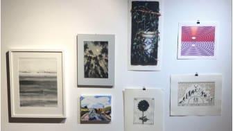 Vinsterna i Lindesbergs Konstföreningens konstlotteri finns att beskåda i Konstrummet på Lindesbergs stadsbibliotek.